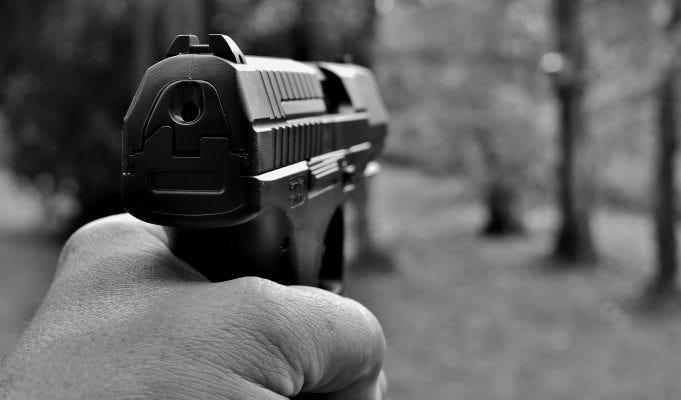Si può girare con pistole non funzionanti o a salve? Cosa si rischia?