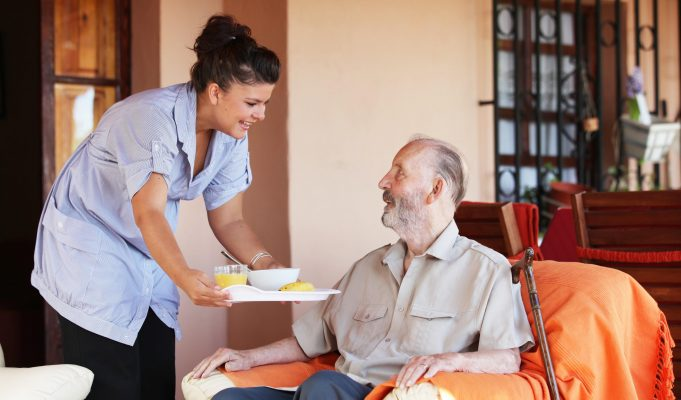 La badante non smette di lavorare anche con l'anziano ricoverato, ecco come funziona il CCNL